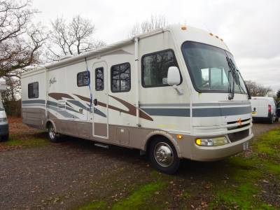 PRICE REDUCED 2004 Fleetwood Fiesta RV automatic Motorhome for sale